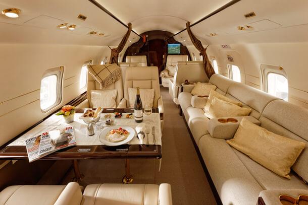 Interior del jet privado Challenger 604